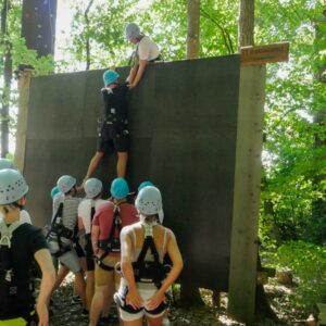 Gruppe beim Klettern an einer Teamwand