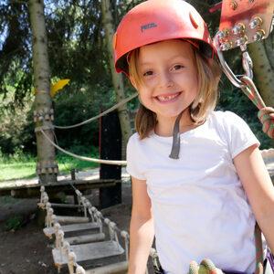 Foto eines Kindes im Indianerparcours des Waldseilgarten Wallenhausen