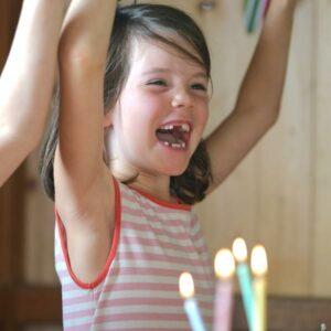 Kind auf einem Kindergeburtstag