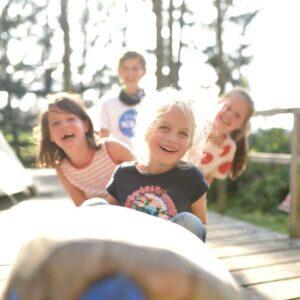 Kinder auf einem Kindergeburtstag